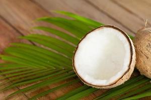 Close up di cocco su sfondo di legno