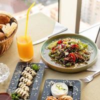 insalata, pane e succo di frutta