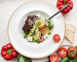 insalata verde con formaggio e pomodori