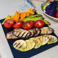 verdure grigliate su tavola di ardesia