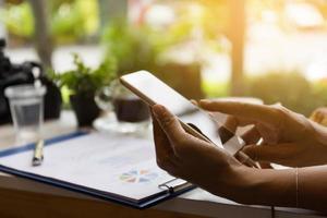 mani di donna utilizzando smart phone
