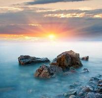 pietre nell'acqua di mare