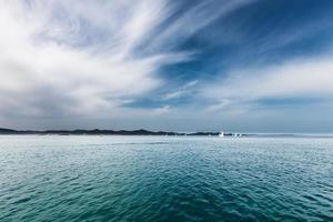 barche a vela sull'acqua, vista sul mare