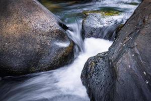 cascata, khaosok thailandia- immagini stock