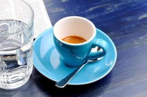 tazza di caffè espresso con un bicchiere d'acqua
