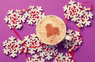 tazza di caffè a forma di cuore e fiocchi di neve