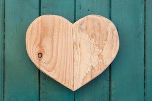 amo il cuore di legno di San Valentino su sfondo turchese dipinto foto