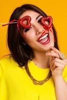 bella ragazza che tiene i cuori rossi foto