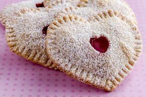 torte di ciliegie a forma di cuore foto