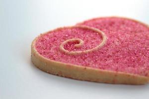biscotti di San Valentino su un piatto bianco