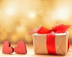 regalo di San Valentino con cuori di legno rossi foto