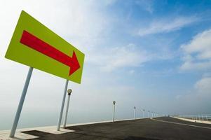 strada con grande freccia foto