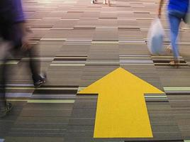 modo a piedi con la gamba sfocata nel tempo occupato foto