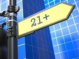 limite di età 21+ sul cartello stradale giallo. foto