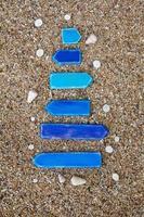 frecce di legno vuote con conchiglie sulla spiaggia in Thailandia foto