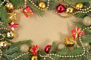 cornice di decorazioni natalizie