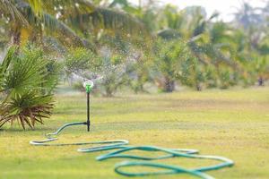 spruzzatore di acqua in giardino.
