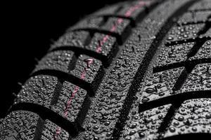 pneumatico per auto con gocce di pioggia d'acqua