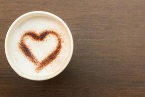tazza di caffè di carta con il simbolo del cuore foto