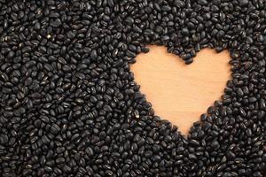 fagioli neri con spazio a forma di cuore foto