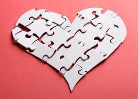 cuore spezzato fatto di puzzle foto