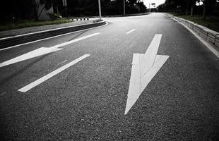 freccia sulla strada foto