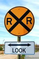 segnale di stop e segnale di avviso ferroviario privato. foto