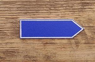 segno bianco su fondo in legno foto