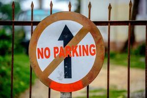 nessun segno di parcheggio con freccia in alto