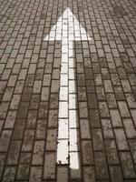 freccia sulla strada. foto