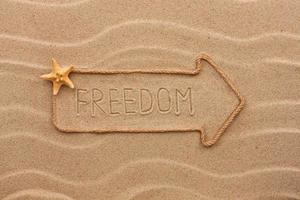puntatore fatto di corda con una scritta libertà, con stelle marine