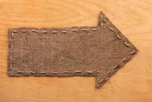freccia di tela da imballaggio si trova su fondo in legno