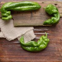 peperone verde su un tagliere di legno
