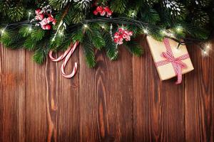 ramo di un albero di abete con luci di Natale