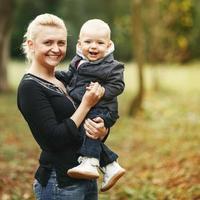 felice giovane mamma con bella figlia.