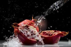 melograno che spruzza acqua