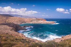 scatti costieri dell'isola di andros in grecia foto