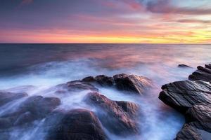 le onde colpiscono la costa
