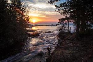 fiume uragano e lago superiore tramonto sulla riva del lago di rocce nella foto