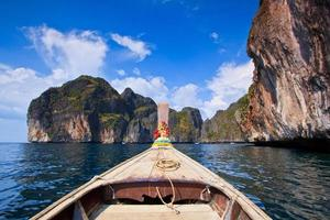 barca dalla coda lunga vista frontale del naso della nave foto