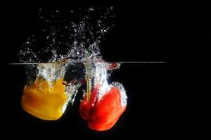 paprika fresca spruzzata in acqua