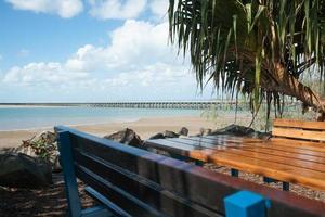 sedile pubblico, luogo di riposo in riva al mare. foto
