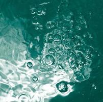 bolla blu nell'acqua pulita trasparente foto