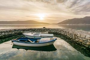 piccole imbarcazioni legate nel piccolo porto turistico del porto di tivat, montenegro