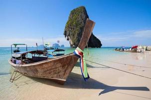 barche di legno sulla spiaggia di Railay, Thailandia. foto