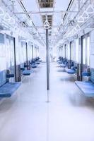 corridoio vuoto all'interno del treno dei pendolari