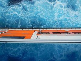 scialuppa di salvataggio su una nave da crociera