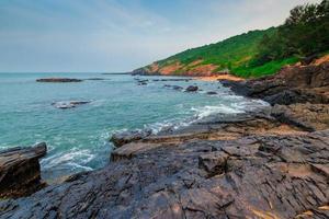 mare azzurro e bella la costa rocciosa