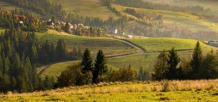 villaggio di montagna nei Carpazi in autunno