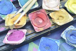 scatola di colori ad acqua e pennello foto
